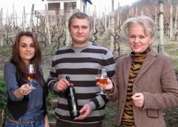 Mirjanina kćer Helena, mlada ekonomistica koja se bavi marketinškim dijelom projekta, Tomislav Trdenić te Mirjana Malogorski.