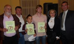 Nagrađeni sa saborskom zastupnicom Marijanom Petir (Fotografija Udruga Petrinjska kobasica)
