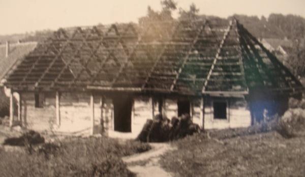 Pogled na etno kuću u Varaždinskim Toplicama prilikom postavljanja, 1964. (Fotografija mr. sc. Josip Čabrijan, osnivač Muzeja)
