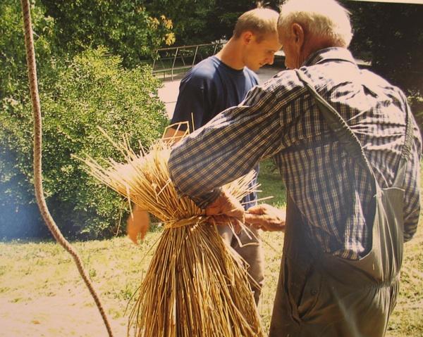 Priprema ritka za porkivanje krova: djed i unuk Španić iz sela Bočkovec (Snimila Spomenka Vlahović)