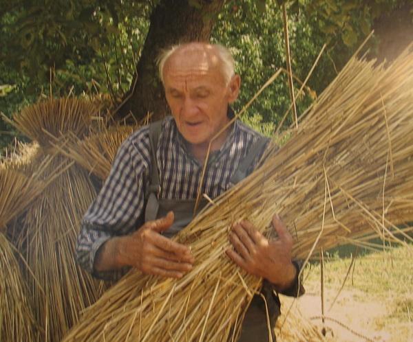 Ritek u rukama 72-godišnjeg deda Stjepana Španića (Snimila Spomenka Vlahović)