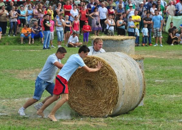 Igra za mlađe: guranje bala slame (snimio Franjo Jagatić)