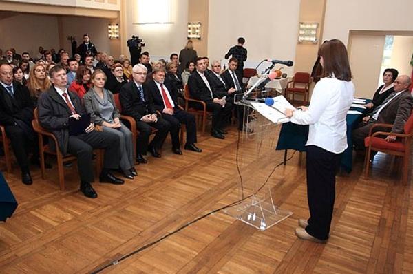 Visoki gosti sa zanimanjem su poslušali predavanje o tome što proizvođače bučina ulja očekuje u EU Ane Marušić Lisac iz zagrebačkoga poduzetničkog centra Biotehnicom (Fotografija Grad Ivanić-Grad)