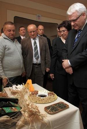 Predsjednik dr. sc. Ivo Josipović obišao je prvu nacionalnu izložbu i kušao svako izloženo bučino ulje (Fotografija Grad Ivanić-Grad)
