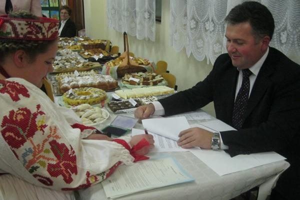 Tamara Kiš, predsjednica KUD-a Mijo Stuparić iz Ludine, potpisuje ugovor s državnim tajnikom Željkom Lenartom o Miholju (Snimio Miljenko Brezak / Acumen)