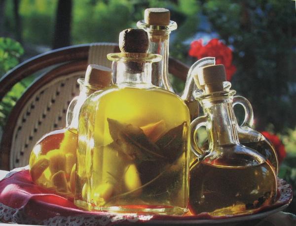 Mediteranskim mirisnim travama aromatizirana maslinova ulja (Fotografija Mario Hlača)