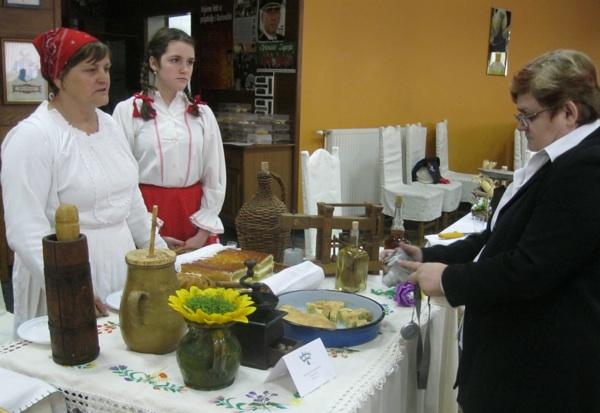 Pobjednica urednici Živi sela i Oblizeka Božici Brkan tumači recepturu seljačke pite (Snimio Miljenko Brezak / Acumen)