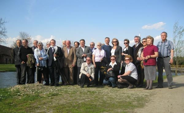 Samo dio čestitara u obilasku Piljenica sa slavljenikom (Snimio Miljenko Brezak / Acumen)