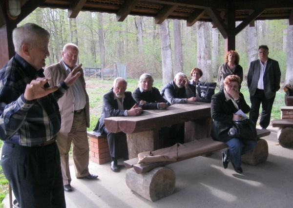 Izlet u šumu i u povijest odveo je nas pisce inženjer Stjepan Crnko (Snimio Miljenko Brezak / Acumen)