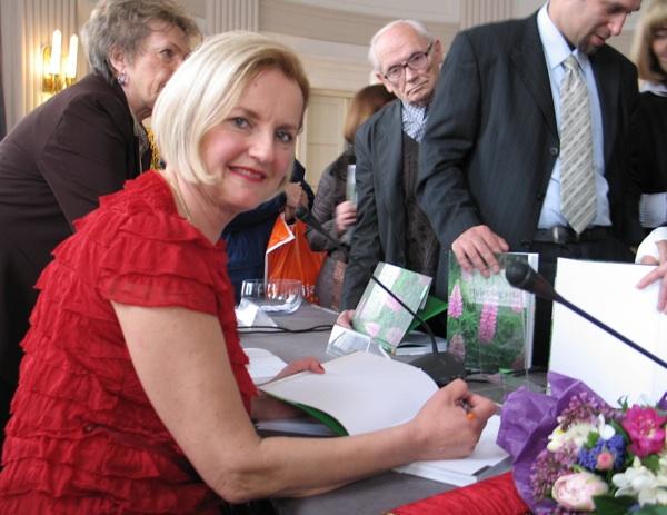 Lidija Komes potpisuje knjigu urednici Živi sela (Snimila Božica Brkan / Acumen)