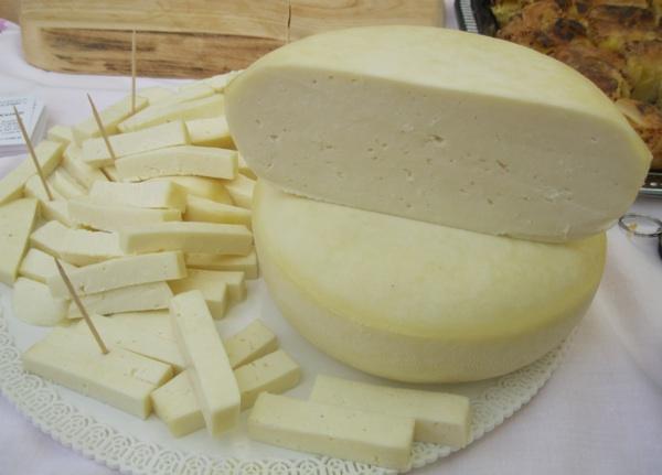 Jedan od škripavaca, izvornoga ličnog sira koji škripi (Snimio Miljenko Brezak / Acumen)