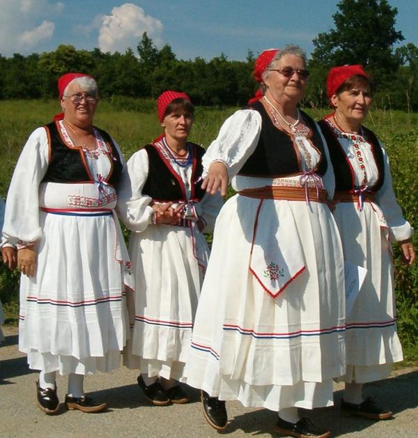 Nošnje iz Ćuntića (Snimila Slavica Moslavac)