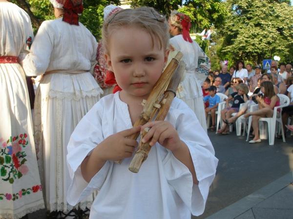 Djevojčica svira gusle od kukuruzovine (Snimila Slavica Moslavac / Muzej Moslavine Kutina)