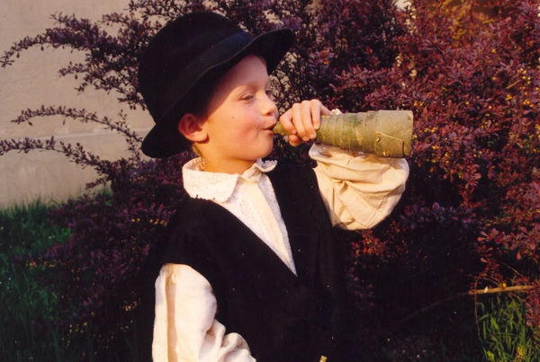 Dječak svira u rog od kore drveta (Snimila Slavica Moslavac / Muzej Moslavine Kutina)