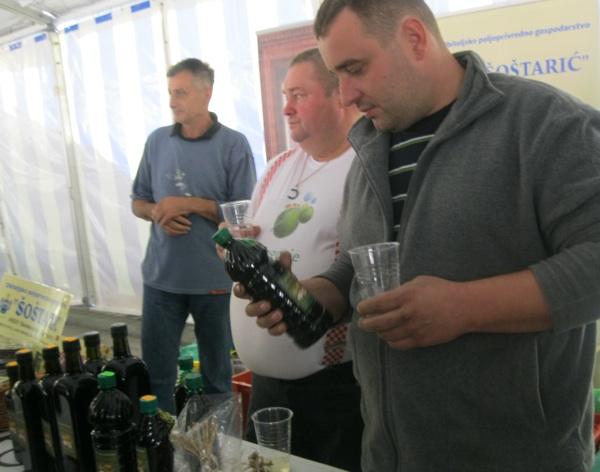 Mnogi se željeli kušati što više raqzličitih ulja kako bi ih mogli usporediti (Snimio Miljenko Brezak / Acumen)
