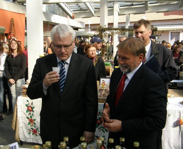 Na Bučijadi 2012. bučino ulje kušao je i predsjednik RH Ivo Josipović u društvu s ivanićgradskim gradonačelnikom Borisom Kovačićem (Snimio Dražen Kopač / Acumen))