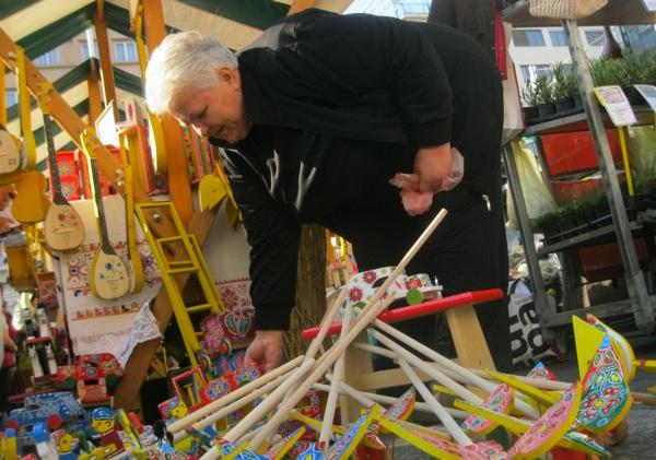 Marija Kunić već 60 godina proizvodi tradicijske drvene igračke i prodaje ih po sajmovima (Snimio Miljenko Brezak / Acumen)